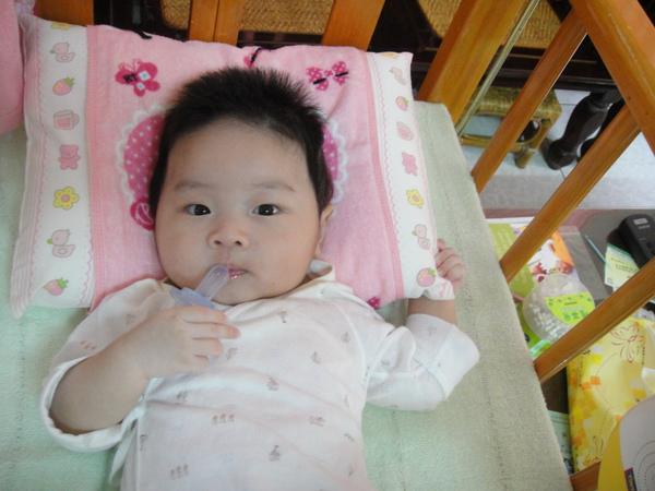用手拿著嘴嘴(現在要睡大張的嬰兒床.小張的睡不下了^^)