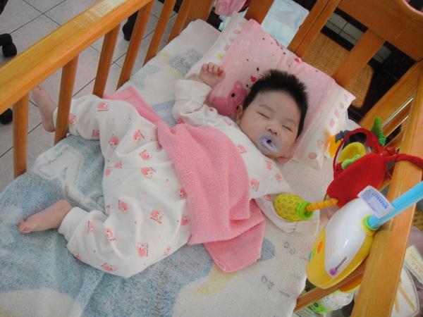 睡成這樣(手抓著玩具.腳都掉到床外面了)