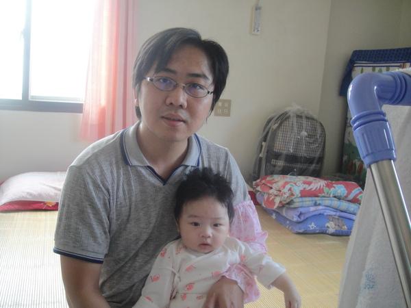 爸爸終於比較會抱寶寶了^^