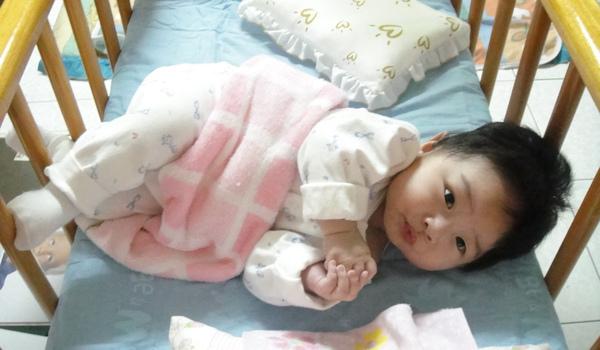 特技5 在嬰兒床裡常常扭成這樣,頭都快撞到了~~