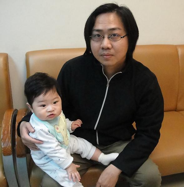 8M2D-程程與爸爸(施打肺炎鏈球菌第一劑99.3.9)