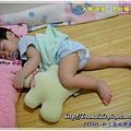 1Y24D-和小熊玩摔角 - 程程自從會翻身後都要側睡,這是剛睡著時,所以還是很正常的睡姿。(嗯~很正常的睡姿,看下一張吧!...)99.7.31