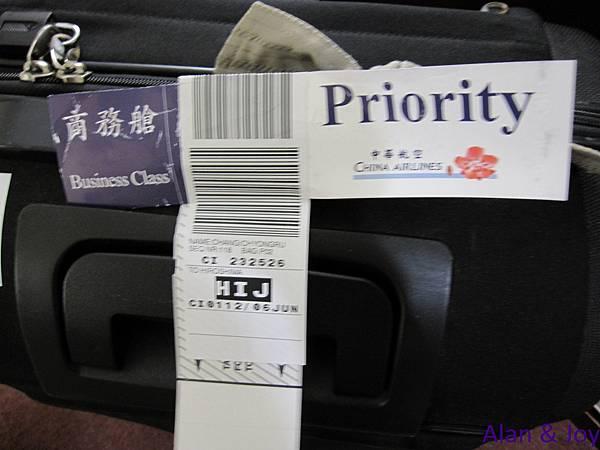 0.因為華航一直變更班機時間,在經過我們的客訴後,升等為商務艙...jpg