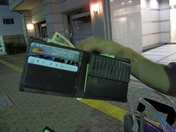 5.絕處逄生的我們,居然在沒有電車可搭,沒有錢可做小黃時,讓我們撿到了錢包....jpg