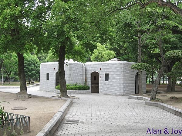 8.平和紀念公園內的廁所,超像避難所的....jpg