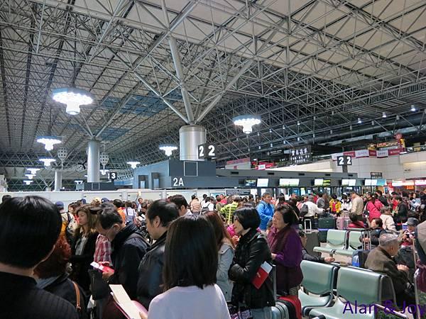 1.凌晨3點多,機場滿滿地都是要去立山黑部行程的人~有夠多!!