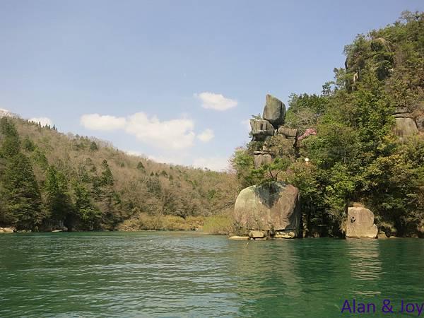 10.位於岐阜東部的惠那峽是分佈著受自然侵蝕而形成的奇岩怪石的斷崖絕壁,猶如刺入地面的傘岩,這是國家的天然保護物,它與覆蓋著褐紅色苔的紅岩,都是峽穀中的奇岩怪石的代表