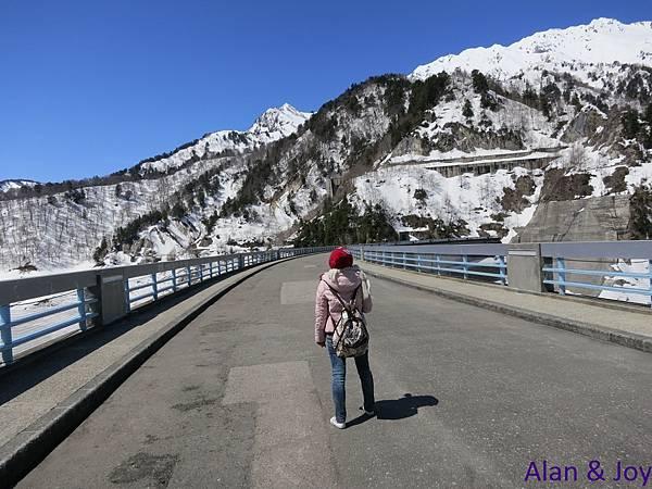 86.通過大壩的堰堤就到達對面的黑部湖車站