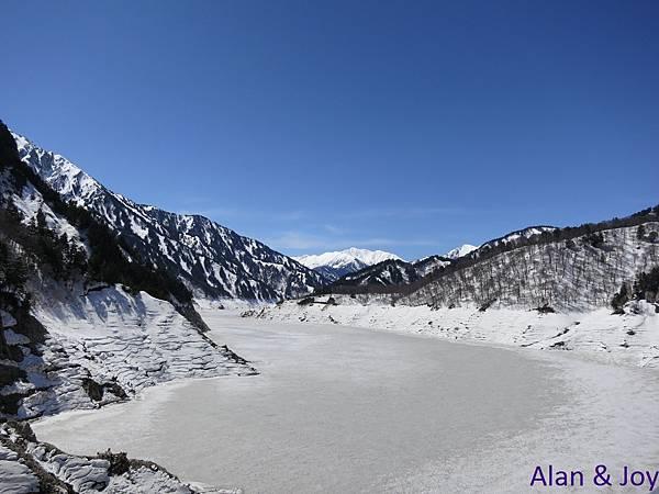 93.結冰的黑部大壩與遠方的阿爾卑斯山,真是壯麗啊