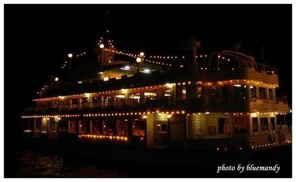 坐著船到湖中央,欣賞美景+放煙火
