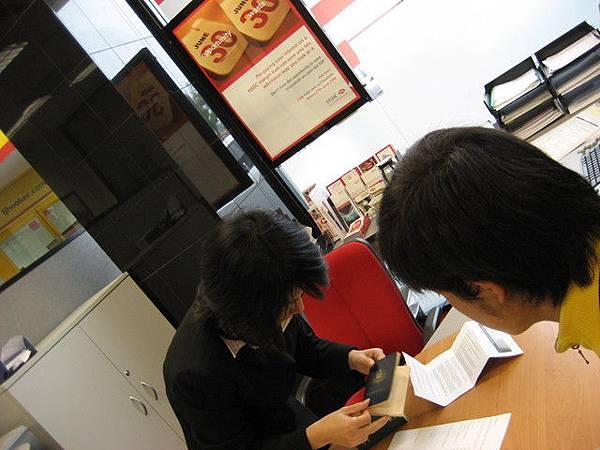 自己去開戶,HSBC的服務人員都會說中文