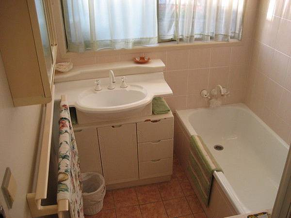 很乾淨的浴室,但上廁所一定要把廁紙丟馬桶