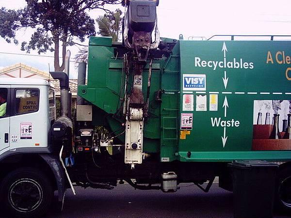 澳洲垃圾車是直接邊開車邊夾垃圾桶邊收的
