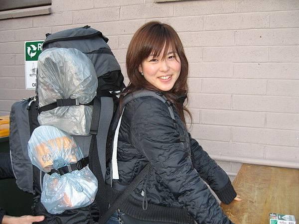 離開前Akiko試背我的背包,嚇壞我了