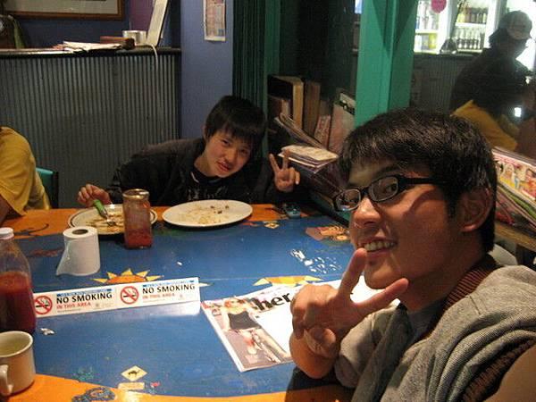 Hiloshi是個嬌小的日本人,因為這裡環境差要離開
