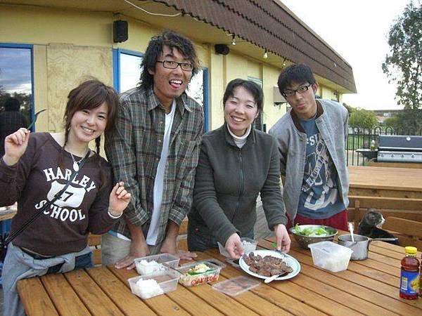 他們就特地煮晚餐道謝,主餐--袋鼠肉