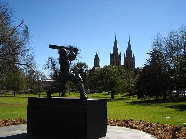 板球銅雕配大教堂的藍天綠地