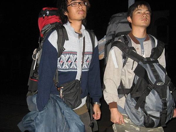 半夜還背個大背包,被路人指指點點的:p