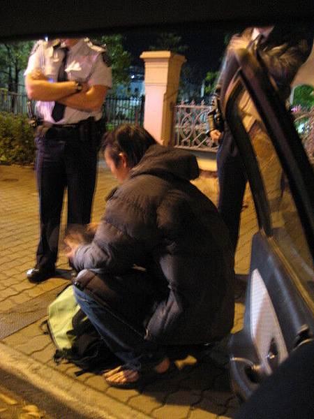 忘了開大燈所以被警察攔下來,超搞笑