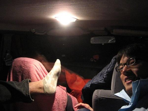 苦行第二課:要習慣在車上用任何姿勢睡覺!超難的好不好