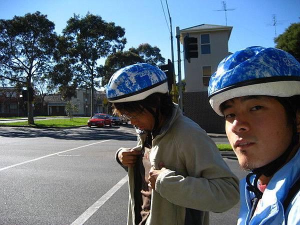 一到就借腳踏車去辦事,天氣寒冷,陽光卻超熱