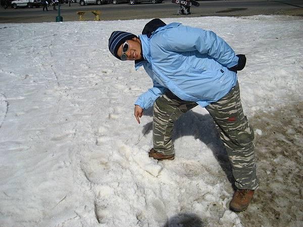 我要實現我對鞋子的諾言,帶它來雪山上洗澡