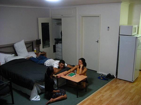 兩姊妹正在計畫怎麼賣車,旁邊是姐姐的澳洲男友