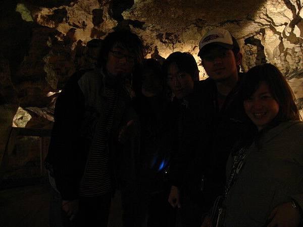 地下洞穴裡頭很黑┬導遊的超高級英語介紹..聽無@@