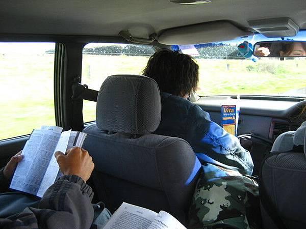 Akiko又出手開車了,大家安心的把書拿出來看