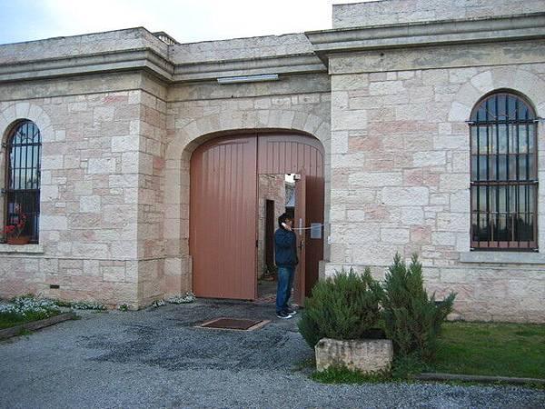 睡監獄還要在門口打電話請警衛開門