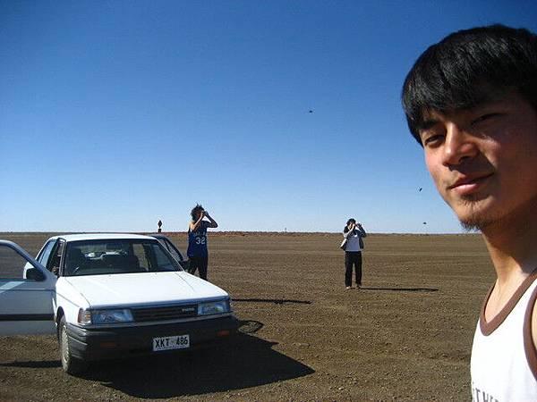 荒漠之初,興奮的下車拍照