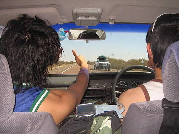 因為在沙漠難得見到來車,所以通常遇到來車都會互相比個大拇指