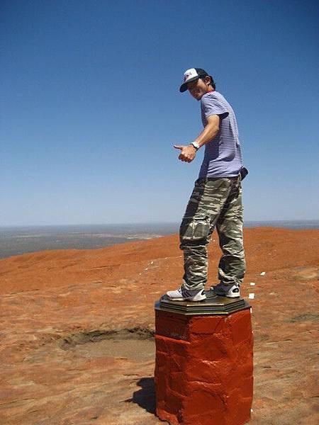 登頂!我踩的東西是像方位標的東西,很有世界中心的感覺
