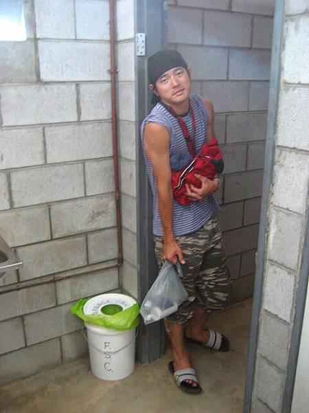 沒門的公共洗澡間,其實是公共廁所