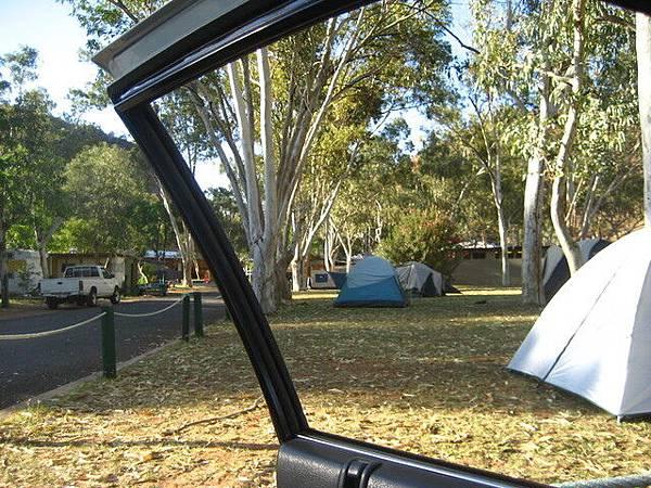 遠方的小帳棚就是我們的啦!我們很適合住這種露營地,因為超便宜