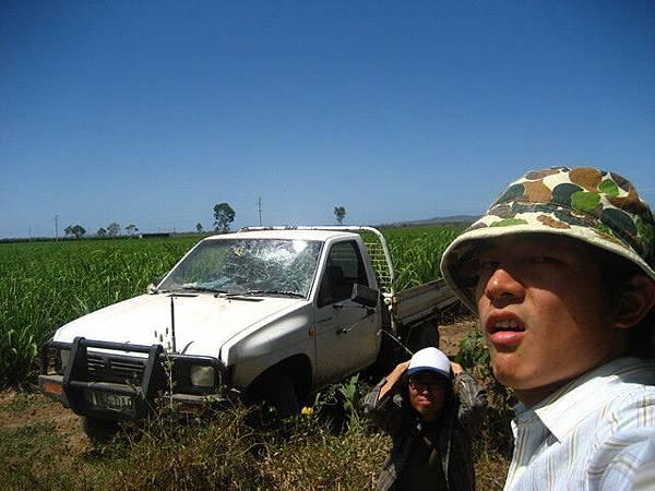 開車太興奮,把車給撞爛了,nel蹲在那裡說不敢了