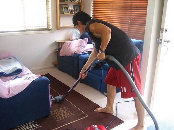 因為都不收我食宿費用,不好意思,做家事--吸地板