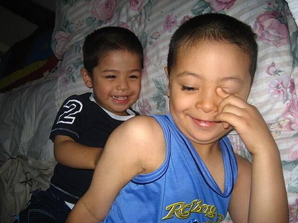 調皮兄弟,TJ正在逗他哥哥笑,看似歡樂,搞不好等下就開打了