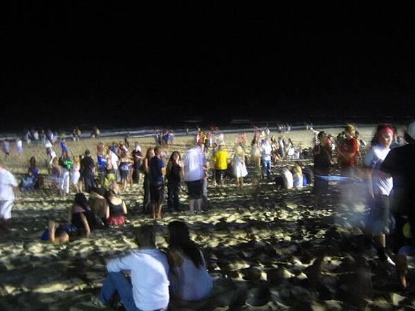 一年一度的海灘派對在黃金海岸,大概就像墾丁的月光派對