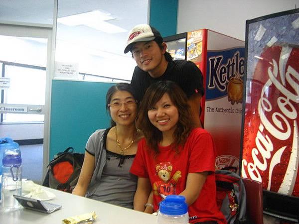 台灣人,大家合照不肯來,給你一張獨照,照完還在叫臉胖XD