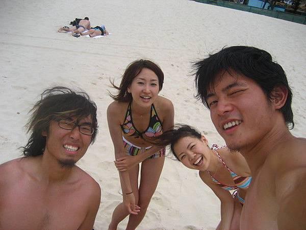 yuki(友紀)跟miki(樹)一起到海邊玩
