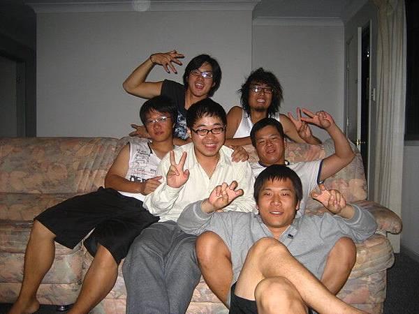 一堆韓國室友,人都不錯啦,從菲律賓帶一堆盜版片,樂到我們