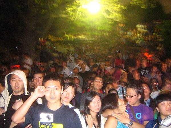 萬頭鑽洞(11:59pm)大家開始失控,我們要小心群眾往前擠