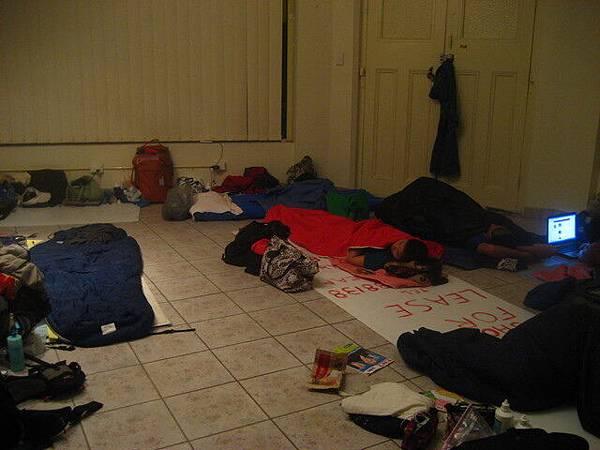 鬼屋的睡眠狀況(4:15am),其實大家都醒不太過來,哈哈