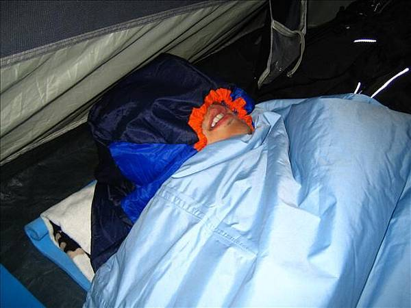 晚上太冷,睡袋調整到全包狀態,稱為完全體