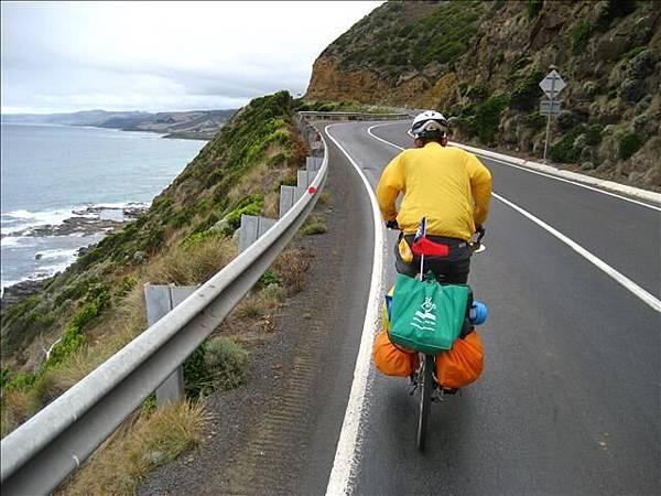海邊狂踏,有點像濱海公路,不過在台灣這樣騎一定被撞飛,逆向啦
