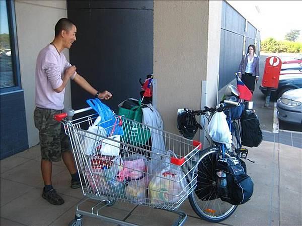 雖然車包很滿,大採購完還是得考驗我們的打包功力