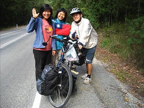 路上的台灣女孩下車激動的幫我們加油