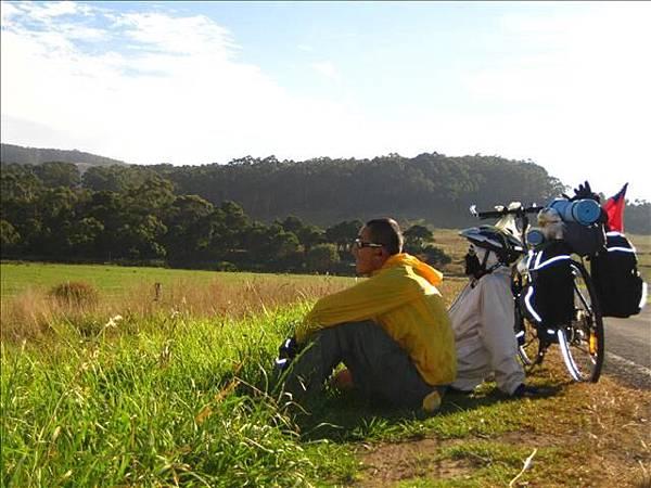 出山才見陽光,逃開了那濕冷的森林,兩人坐著享受陽光