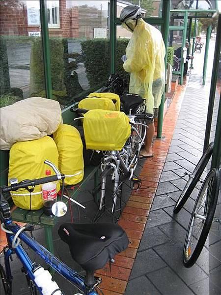 大雨不斷只好坐車,輪子要拆掉